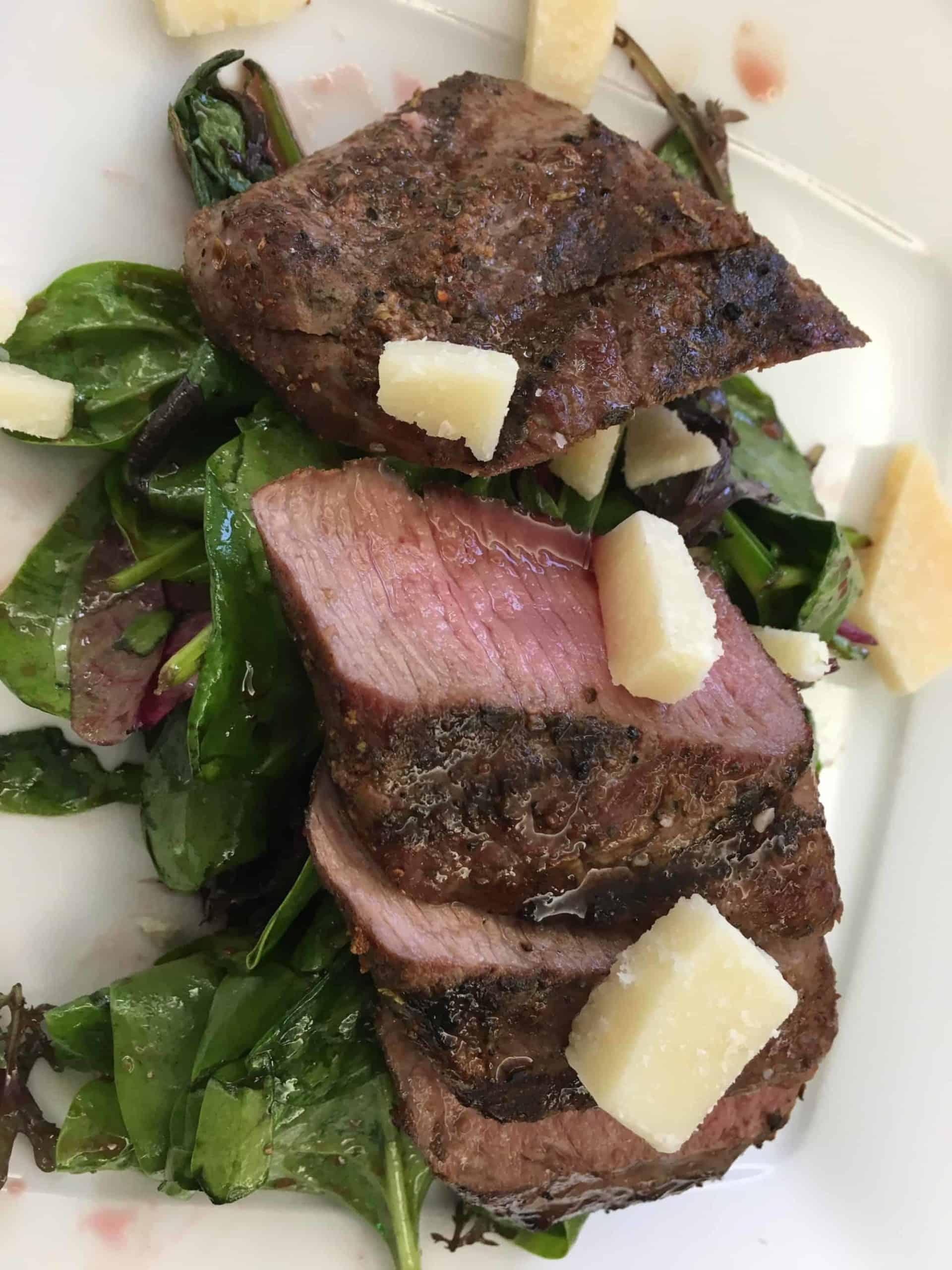 Dry Aged Roastbeef angerichtet mit Salat und Parmesan