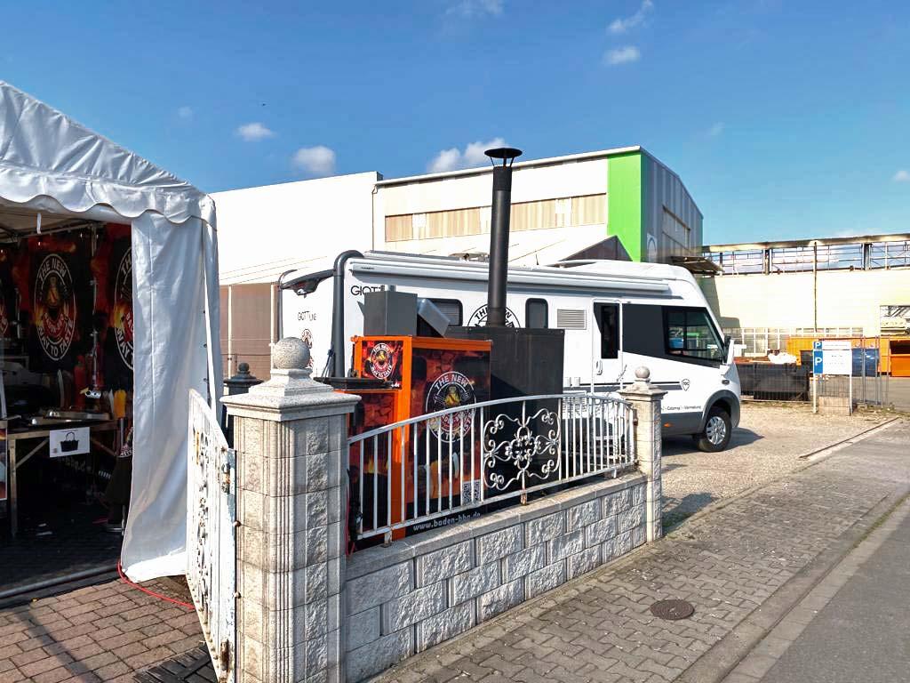 Parkplatz mit Wohnmobil